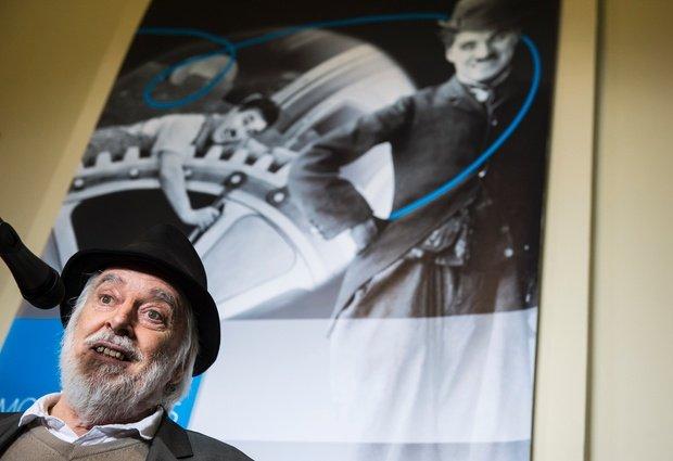 Майкл Чаплин, сын Чарли Чаплина, говорит на пресс-конференции в швейцарском особняке, где их известный отец жил прошлые 25 лет своей жизни.