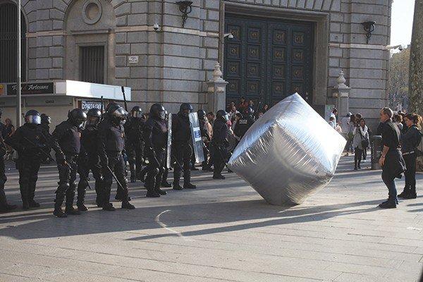 Надувные булыжники, созданные Eclectic Electric Collective и Enmedio, защищали демонстрантов во время всеобщей забастовки в Барселоне, 2012. ©ORIANA ELIÇABE/ENMEDIO.INFO