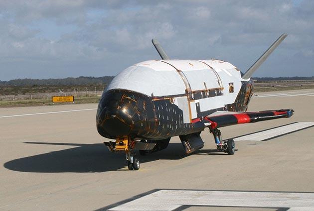 Суперсекретный космический корабль возвращается к земле после двух лет