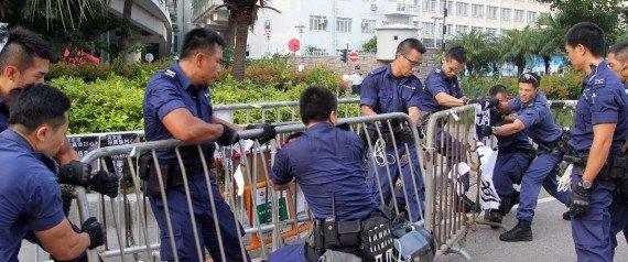 Гонконгская полиция убирает баррикады протестующих, сообщает Occupy Central