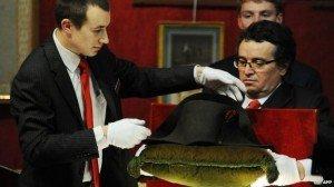 """Вместо """"Мистралей"""" в Россию, Франция продала шляпы Наполеона южнокорейцу за 2 миллиона долларов"""