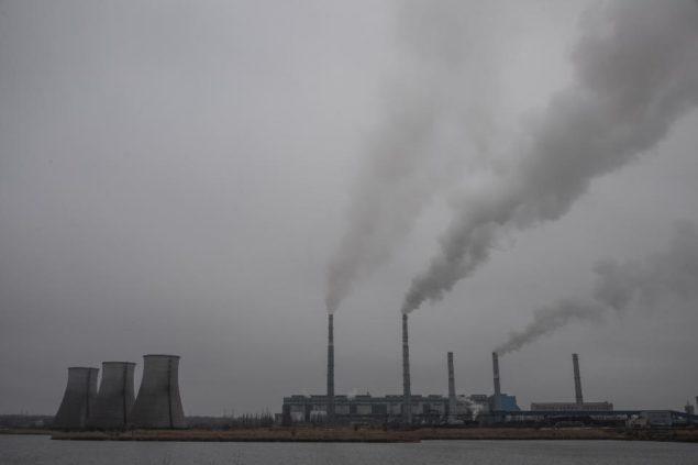 На этом снимке, сделанном в среду, 19 ноября 2014, дым поднимается со Старобешевской электростанции