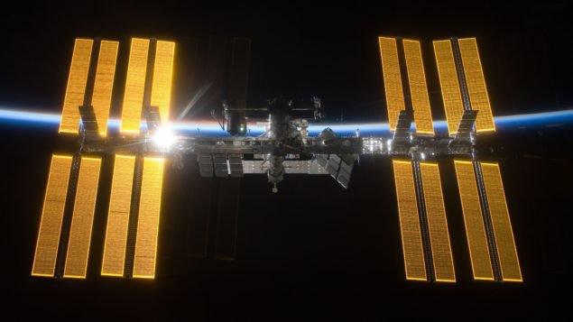 Международная космическая станция марта 2009, как видно из шаттла Discovery экипажа вылетающие STS-119. Кредит: NASA / ESA