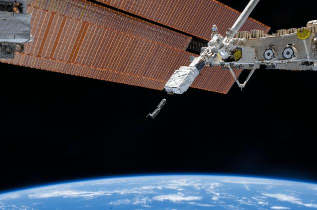 Японская роботизированная рука Кибо на Международной космической станции развертывает CubeSats в течение февраля 2014. Рука держала Маленький Спутниковый Орбитальный Deployer, чтобы отослать маленькие спутники во время Экспедиции 38. Кредит: НАСА