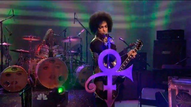 Принц потряс прямой эфир эпическим выступлением (видео)