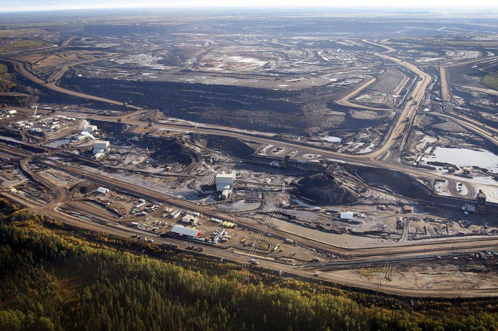 Битуминозных песков объект недалеко от Форт МакМюррей, провинция Альберта, Канада.Фото: AP
