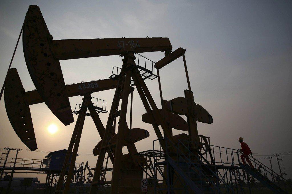 Работник рассматривает Pumpjack в нефтяной сфере PetroChina в Китае.Фото: Reuters