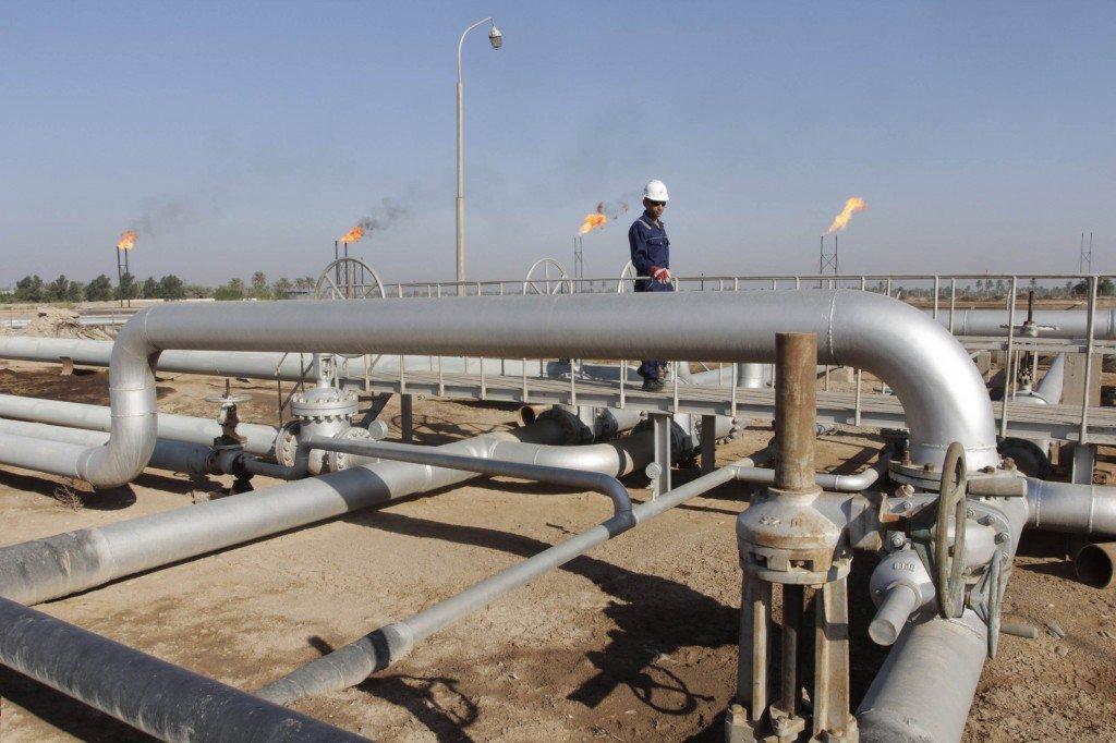 Рабочий проходит на месторождении Нахр бин Умар, к северу от Басры, юг Багдада.Фото: Reuters