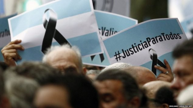 Сотни тысяч людей приняли участие в марше в Буэнос-Айресе, столице Аргентины, через месяц после смерти прокурора Альберто Нисман. В проливной дождь, они требовали справедливости для г-на Нисман, который расследовал правительство в связи с бомбардировкой в еврейском центре в 1994 году не ясно, убиты ли он сам или был убит