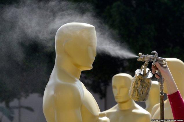 """Статуя """"Оскар"""" напыляется золотой краской во время подготовки к 87-й ежегодной церемонии вручения премии Оскар в эти выходные на Dolby Theater в Голливуде, штат Калифорния"""