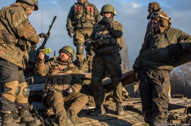 Украинские военнослужащие, которые вчера покинули стратегически важный город Дебальцево готовиться к возвращению на поддержку дальнейшего вывода их сил. Соглашение о прекращении огня было достигнуто соглашение о в Минске на прошлой неделе, но боевые действия вокруг Дебальцево продолжается