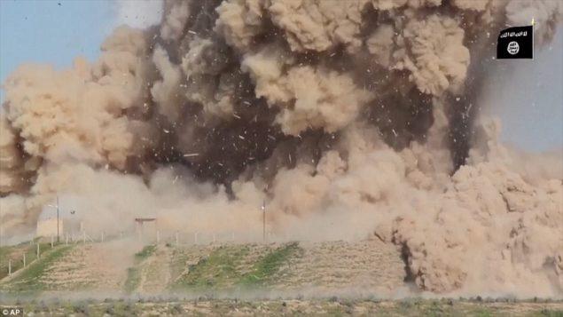 Полное уничтожение: конец видео якобы показывает исламское государство боевиков взорвать древние руины вблизи Мосула