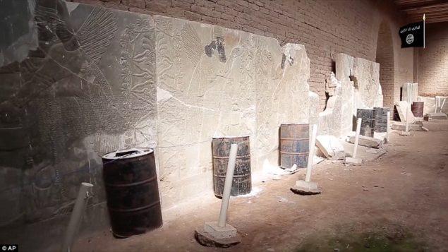 А также нападения на город вручную, молотком и дрелью, видео показывает группу решений баррель бомбы, которые они выстроились вдоль древних реликвий внутри руинах того, что когда-то был столицей Ассирийской империи, основанный некоторое время в 13-м веке до нашей эры