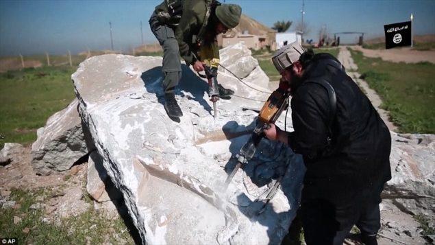 Исламское Государство боевики разрушали древние реликвии на нескольких сайтах, Daying они способствуют идолопоклонство, которые нарушают свои фундаменталистские толкования исламского закона