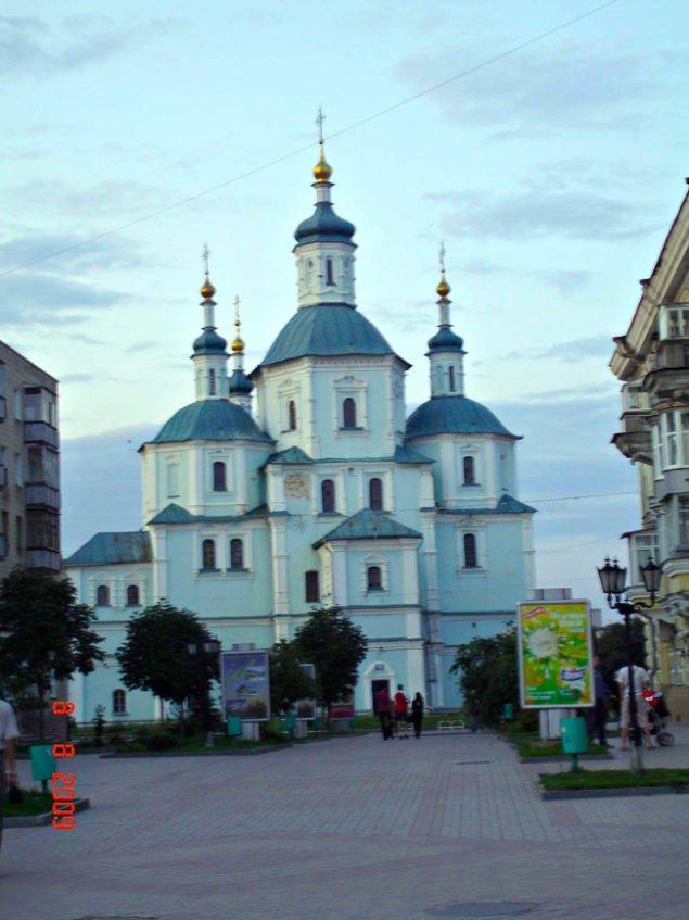 Воскресенская церковь (1702) с колокольней (1906) в Сумах.