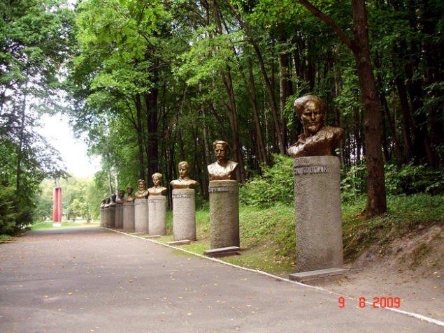 Аллея Героев Украины на мемориале «Спадщанский лес» близ Путивля.