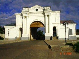 Киевские крепостные ворота Глухова. 1766 (с перестройками 1804 г., архитектор А. Карташевский).