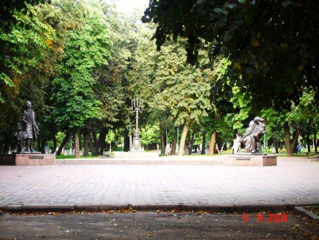 Памятник знаменитым уроженцам Глухова композиторам Дмитрию Бортнянскому (слева) и Максиму Березовскому (справа), а также великому Искусству Музыки.