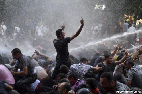 Ереван строит баррикады в ответ на произвол властей