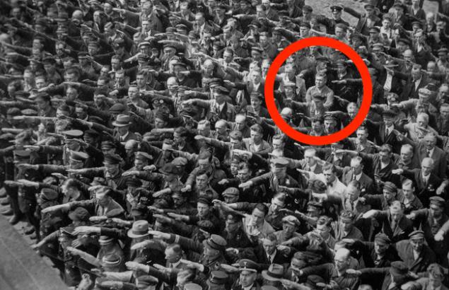 """Трагически мощная история одинокого немца, который отказался """"зиговать"""" Гитлеру"""