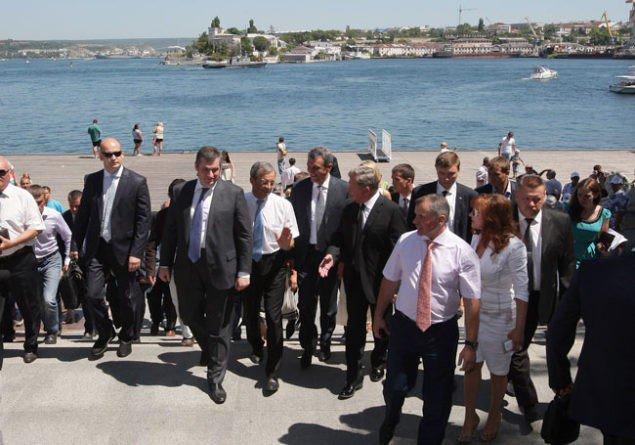 Декілька французьких парламентарів відвідали з неофіційним візитом окупований Крим