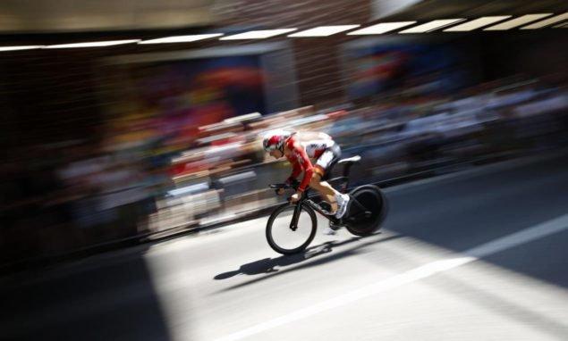 Ларс Иттинг Бак из Дании во время первой стадии гонки езды на велосипеде Тур де Франс, отдельные гонки на время более чем 13.8 километров (8.57 миль), с началом и Концом в Утрехте, Нидерланды, суббота, 4 июля 2015. (AP Photo/Laurent Чиприани)
