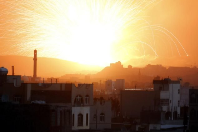 Огромный взрыв разносит предполагаемые военные склады оружия, которые контролируют хутистские мятежники, поскольку авианалеты выполнены ведомой жителями Саудовской Аравии коалицией в Сане, Йемен, 4 июля 2015. Саудовская Аравия и объединенные суннитские страны начали военное вмешательство в конце марта в Йемене, после Хути и союзные военные подразделения двинулись на Аден и вынудили Хади сбежать в Саудовскую Аравию. Шиитские Хути, которые родом из Йемена далеко на севере, контролировать большие части бедной стране, включая столицу, Сане. ПОДДЕРЖАННЫЕ ООН мирные переговоры в этом месяце не произвели соглашение о перемирии. (EPA/YAHYA ARHAB)