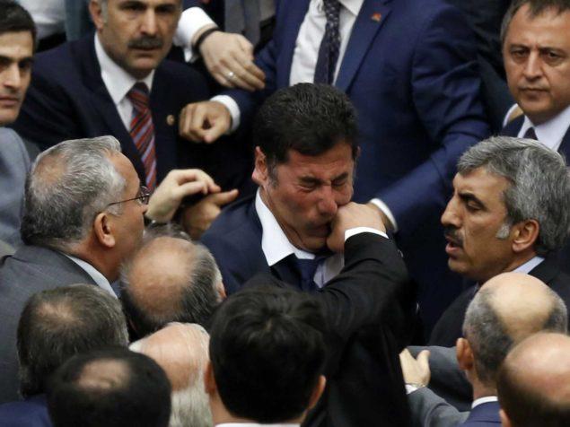 Фотографии политиков избивающих друг друга по всему миру