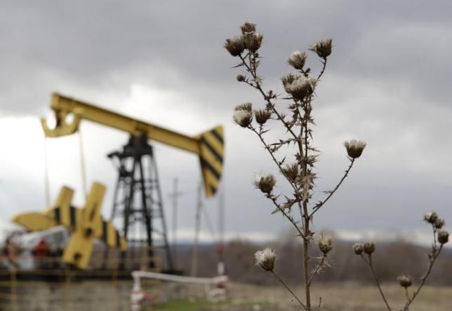 Нефть падает из-за запасов США, ожидая понижения позиции ОПЕК