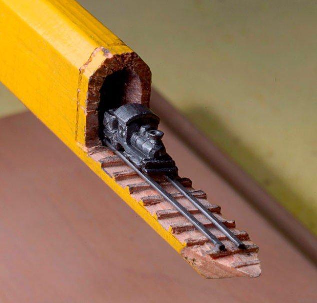 Графітовий потяг на колії, що виходить із олівця