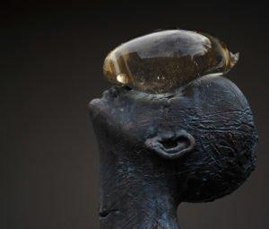 Гігантська скляна крапля балансує на обличчі кам'яної людини
