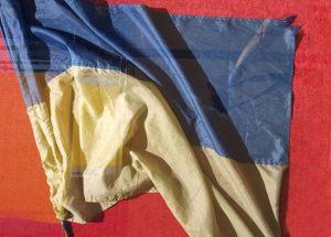 Державний Прапор України, що був закріплений на антені одного з танків Т–64БВ 92-ї окремої механізованої бригади ЗСУ в ніч із 27 на 28 серпня 2014 року, коли вона намагалася  прорвати оточення російських військ під Іловайськом. Фото — Qypchak (2015).