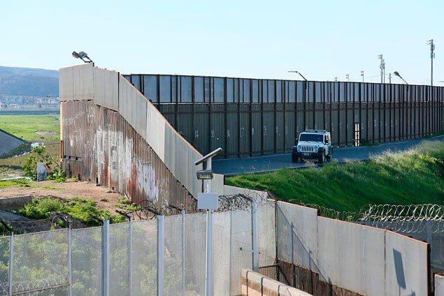Джип Border Patrol стоїть вздовж прикордонної стіни США-Мексика 25 січня 2017 року Сан-Ісідро, Каліфорнія.