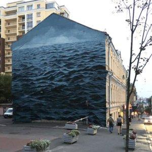 Бурхливе Чорне море заповнює трьохповерхову стіну в Києві