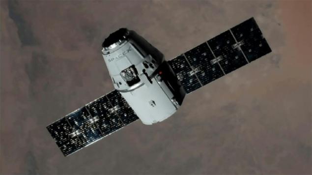 Вантажний корабель Dragon SpaceX повертається на Землю