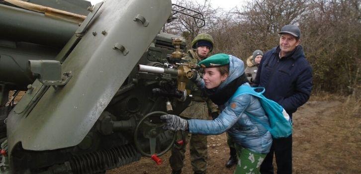 Окупанти влаштували масові перевдягання дітей у військові однострої