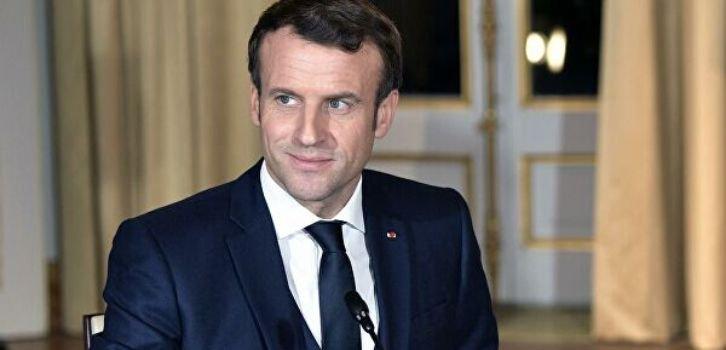 Макрон учит Путина французским поцелуям