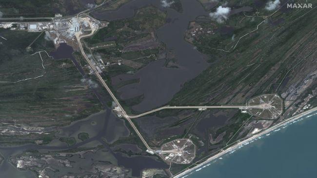 Повний вигляд супутника Maxar's WorldView-3 SpaceX's Demo-2 Crew Dragon на стартовій площадці
