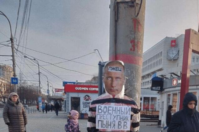 Российский суд приговорил участника акции с «чучелом Путина» к колонии