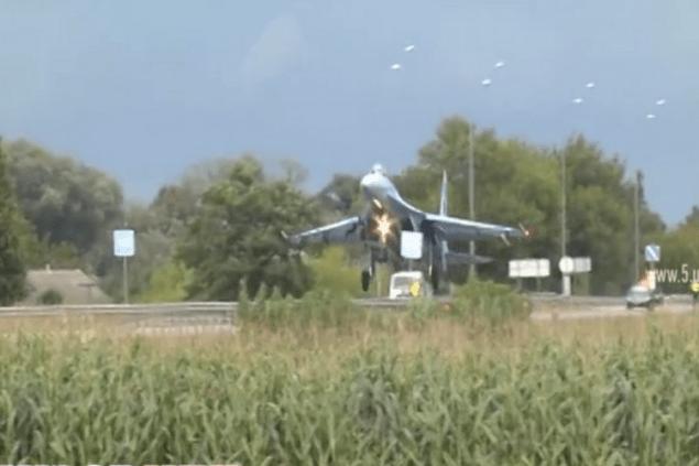 Пилот СУ-27 сбил знак «Рекомендованная скорость 90 км/час» во время тренировочной посадки на трассе «Киев-Чоп»