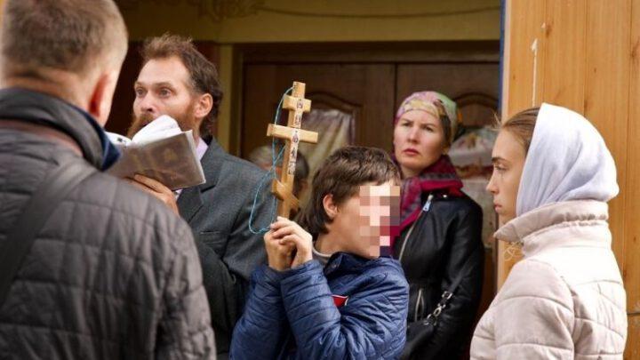 РПЦвУ використовує дітей для блокування передачи храму ПЦУ