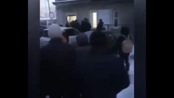 Больные в России стоят в очередях в поликлиники на 15-градусном морозе