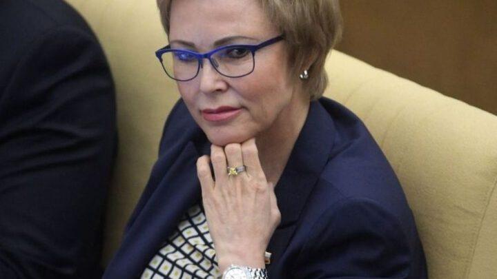 Российских депутатов вакцинируют Pfizer от COVID-19