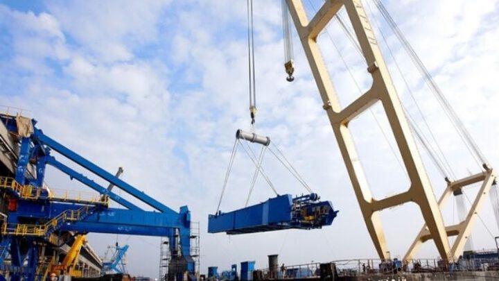 В Запорожье для строительства моста прибыл плавучий кран «Захарий»
