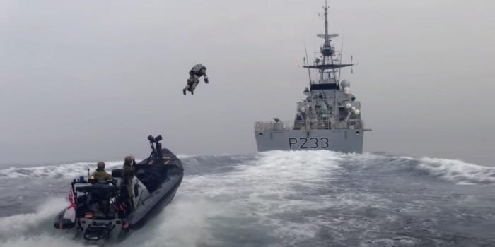 Британские морпехи отрабатывают штурм корабля в море на реактивных ранцах [ВИДЕО]
