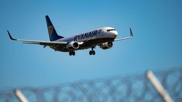 ЕС с полуночи запрещает европейским авиакомпаниям летать над Беларусью