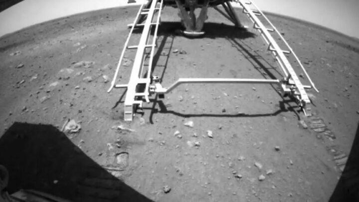Марсоход Zhurong выкатился на поверхность Марса через неделю после приземления