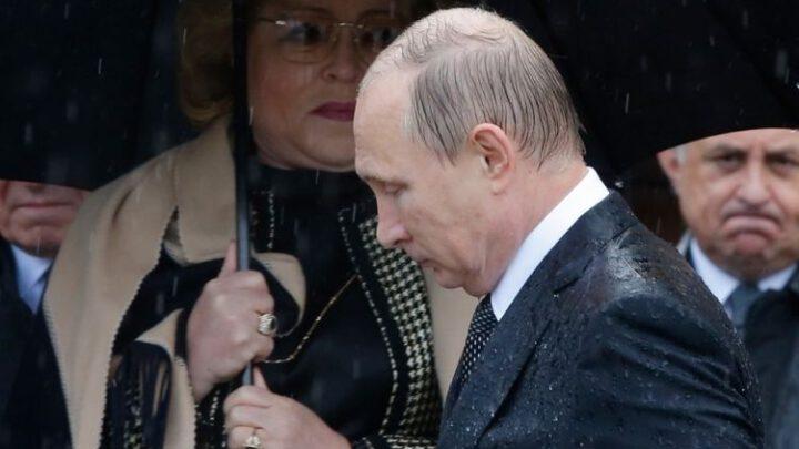 Вдвое упала доля россиян, считающих Путина выдающейся личностью