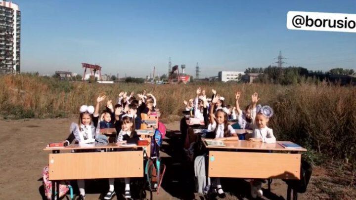 В России дети вынуждены учиться за партами в поле