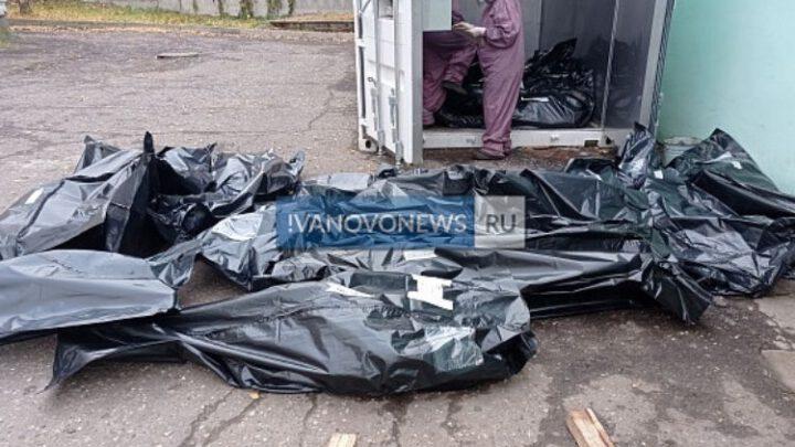 В России трупы в черных мешках штабелями лежат на улицах у морга